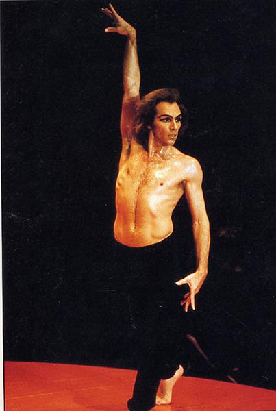 Image hotlink - 'http://redmayor.files.wordpress.com/2010/10/ballet-jorge-donn-bolero-bejart-dr.jpg?w=403&h=600'