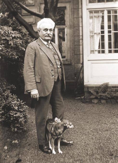 03_LJ na zahrádce před svým domkem s psíkem Čiperou 20 5 1926